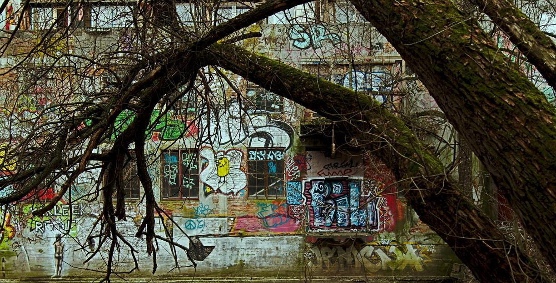 Graffiti an einer alten Hauswand