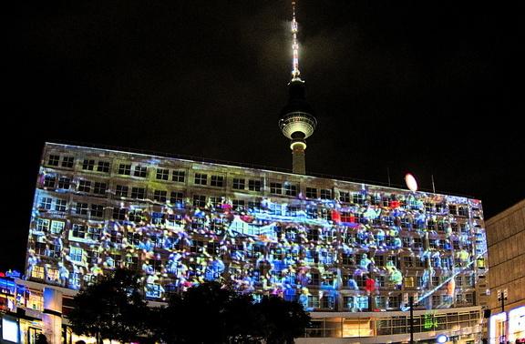 Videoinstallation zu 30 Jahren Mauerfall am Alexanderplatz